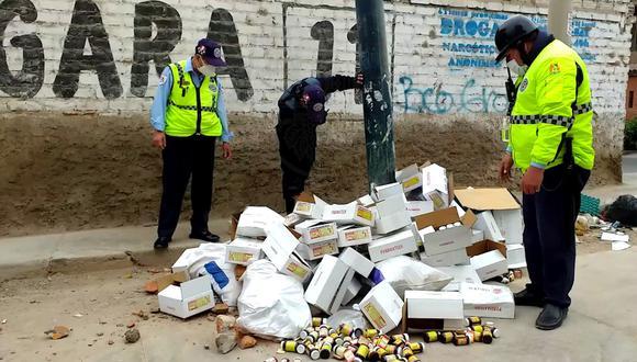 En total se hallaron unas 60 cajas y cada una contenía 24 pomos en el cruce del jirón Isaac Recavarren y la calle José María Eguren.  (Municipalidad de Surco)