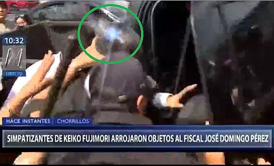 Fiscal Domingo Pérez recibe botellazo al salir del Penal Santa Mónica (VIDEO)