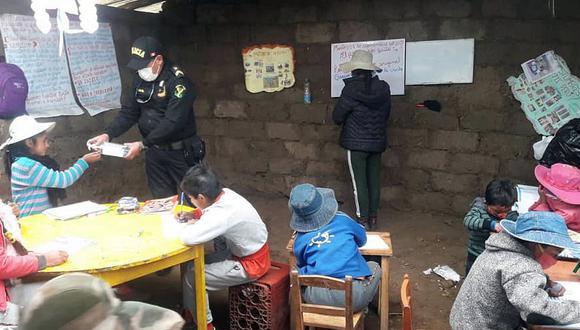 Apurímac: Policías dictan clases a niños en comunidad donde no llega el internet