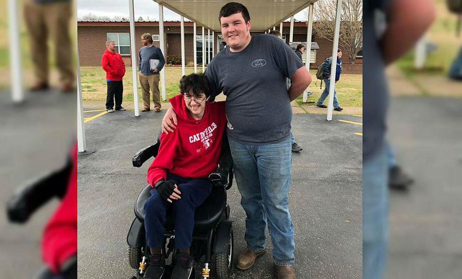 Trabajó por dos años para comprarle una silla de ruedas eléctrica a su mejor amigo