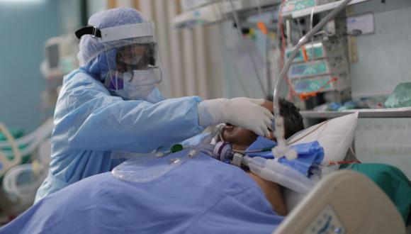 """-FOTODELDÍA- AME9500. CALLAO (PERÚ), 15/01/2021.- Trabajadores de la salud atienden nuevos pacientes covid-19 dentro de la Unidad de Cuidados Intensivos del Hospital Alberto Sabogal hoy, en el Callao (Perú). Autoridades del centro asistencial aseguran que """"se encuentran colapsados"""" y que no cuentan con más camas UCI para atender nuevos pacientes, debido a un incremento de casos de contagios de coronavirus que ha sido llamado por la ministra de salud Pilar Mazzetti como una segunda ola que puede arrollar al Perú. EFE/ Luis Ángel González"""