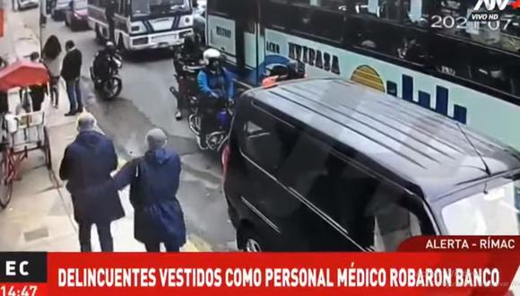 Los delincuentes llegaron caminando al local de Mibanco en la Av. Alcázar para perpetrar el robo. (Foto: ATV+).