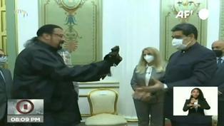Steven Seagal regala un sable samurái a Nicolás Maduro