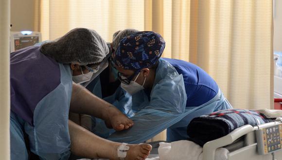 Los profesionales de la salud que aún no han recibido una dosis realizan trabajos en clínicas privadas y ofrecen cuidados a domicilio a pacientes COVID-19 (Foto Archivo GEC GUILLERMO SALGADO SANCHEZ / AFP).
