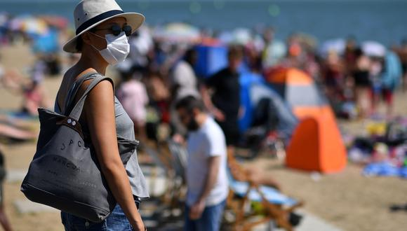 Los europeos ya regresaron a las playas, como esta en Southend, Inglaterra, como parte del desconfinamiento. El sector turístico necesita de los viajeros para poder reactivarse. (AFP)