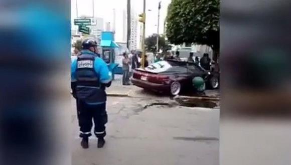 Av. Brasil: auto se despista y atropella a transeúnte (VIDEO)