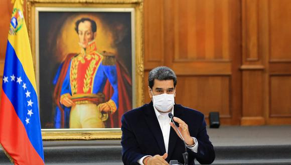 """Handout picture released by the Venezuelan Presidency showing Venezuela's President Nicolas Maduro wearing a face mask as a preventive measure against the novel coronavirus, COVID-19, during a meeting with members of the Bolivarian National Armed Forces (FANB), at Miraflores Presidential Palace in Caracas on May 4, 2020. - Venezuela's Attorney General Tarek William Saab on Monday accused opposition leader Juan Guaido of contracting """"mercenaries"""" to lead an """"invasion"""" that the Nicolas Maduro regime claims to have thwarted. The government had said Sunday that it foiled an attack from the sea aimed at toppling the socialist president, killing eight assailants and capturing two others. (Photo by Jhonn ZERPA / Venezuelan Presidency / AFP) / RESTRICTED TO EDITORIAL USE - MANDATORY CREDIT """"AFP PHOTO / VENEZUELA'S PRESIDENCY / JHONN ZERPA"""" - NO MARKETING - NO ADVERTISING CAMPAIGNS - DISTRIBUTED AS A SERVICE TO CLIENTS"""