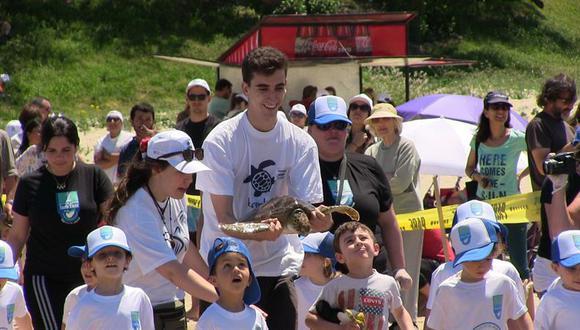 Niños liberan a cuatro tortugas que fueron rehabilitadas durante un año