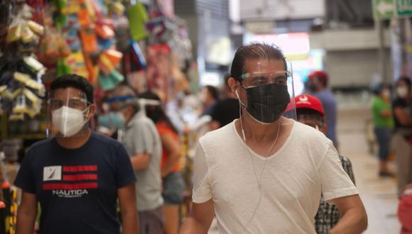 El uso de protector facial también se ha vuelto de uso obligatorio en espacios públicos. (Foto: Eduardo Cavero/ GEC)