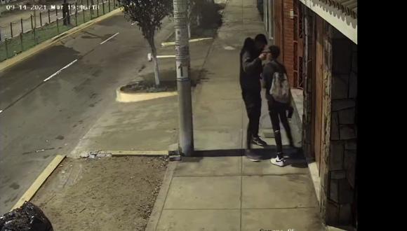 Cámaras de seguridad captaron el violento asalto en agravio de un adolescente. (Captura de video)