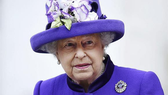 Reina de Inglaterra sufre resfrío y falta a misa de Navidad