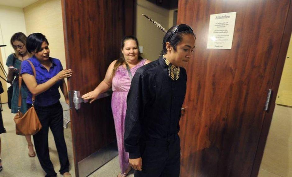 Indígena obtiene el derecho a llevar plumas durante su graduación