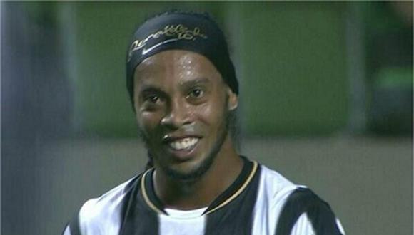 Ronaldinho exhibe su nueva dentadura