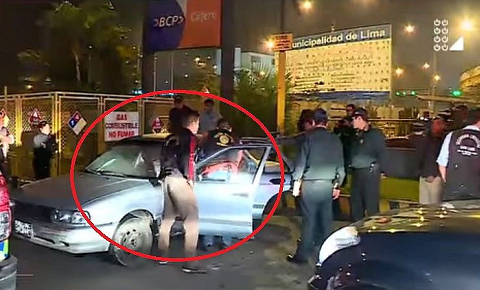 Abandonaron auto del que emanaba olor nauseabundo y ¡Policía hizo increíble hallazgo!