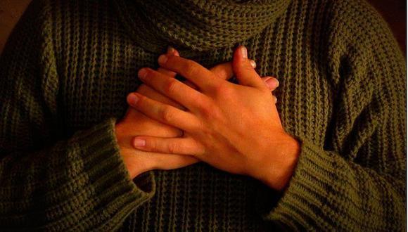 Pesadillas: Dormir con las manos en el pecho provoca malos sueños