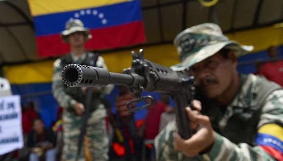 Integrantes de la Milicia Nacional Bolivariana son destacados a Apure, un estado fronterizo entre Venezuela y Colombia. (Foto: AFP)