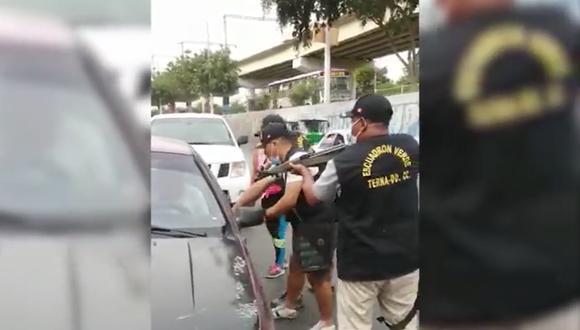 Agentes del Grupo Terna no dejaron de apuntar con sus armas al delincuente que se atrincheró en su auto. (GEC)
