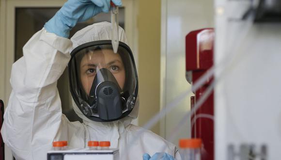 Ambas universidades detallaron que en esta ocasión se requerirá la participación de mil personas más para que sean parte de los ensayos clínicos de la propuesta de vacuna contra coronavirus. (Foto: EFE)