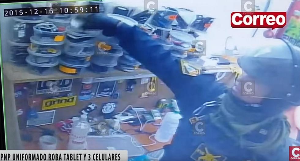 Huancayo: Captan a policía robando celulares y tablets durante operativo [VIDEO]