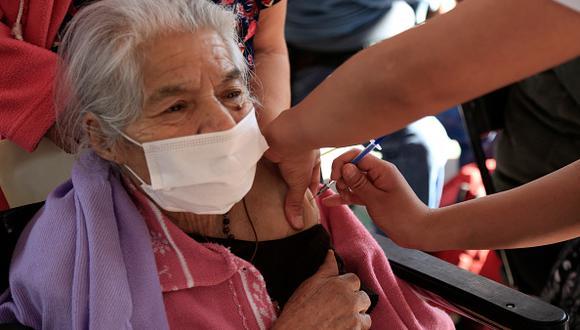 Del 8 al 15 de marzo se vacunarán al primer grupo de adultos mayores asegurados en el Seguro Social de Salud (Foto: Getty Images)
