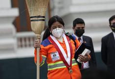 Isabel Cortez explica por qué juramentó con uniforme de trabajadora de limpieza
