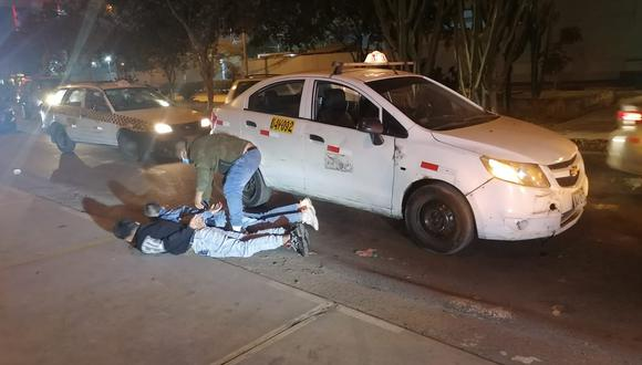 Los raqueteros que operaban bajo la fachada de un taxi con su pasajero, fueron detenidos tras una persecución. (Foto: PNP)