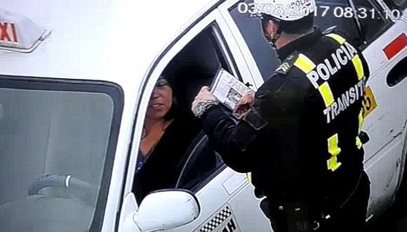 Ancón: policía de tránsito fue captado recibiendo presunta coima
