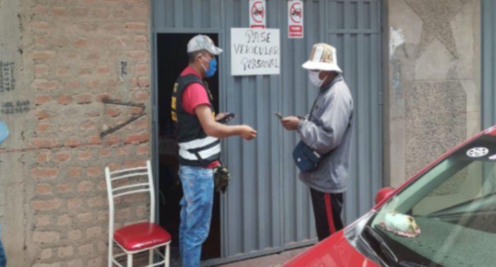 Puno: Allanan locales donde vendía falsos pases de circulación por cuarentena.
