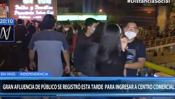 El puente de acceso al centro comercial Megaplaza lució lleno de personas que pugnaban por ingresar. (Canal N)