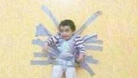 Polémica por fotos de niño pegado a la pared