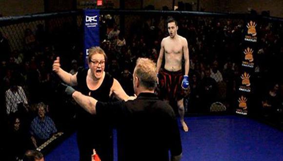 Mamá entra y defiende a hijo en el ring [VIDEO]