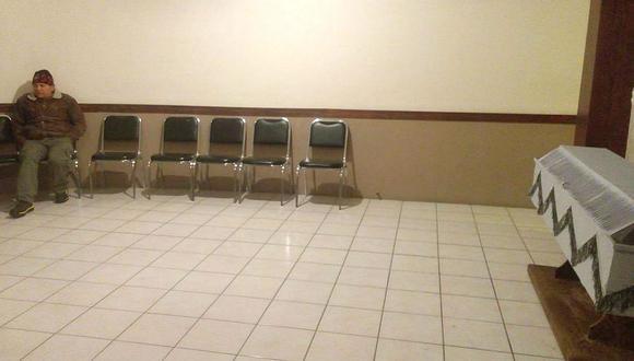 Hombre solitario velando a su esposa genera la solidaridad (FOTOS)