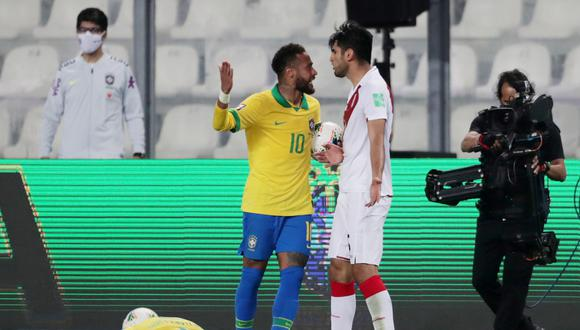 Carlos Zambrano fue expluslado a los 90 minuntos del Perú vs Brasil. (AFP)