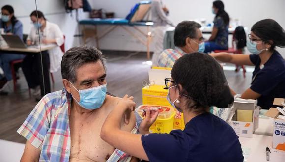 Una enfermera le administra una vacuna contra el coronavirus del laboratorio chino Sinovac a una persona en un centro de salud de Santiago de Chile. (Foto: EFE)