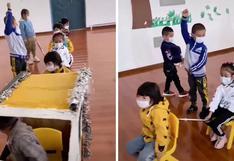 Cientos en las redes quedan cautivados al ver cómo unos niños aprenden buenos modales en la escuela