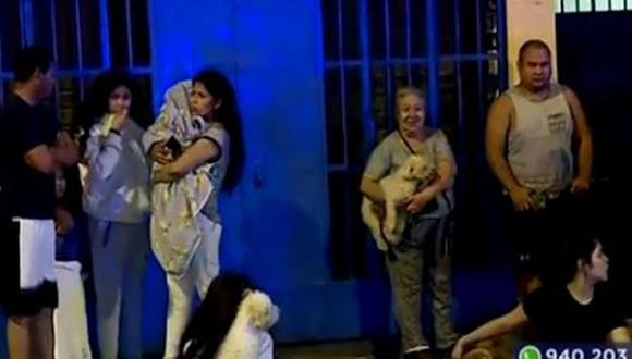 Los vecinos salieron a la calle en ropa de dormir, con sus hijos y mascotas en brazos. (Foto: Captura/Latina)