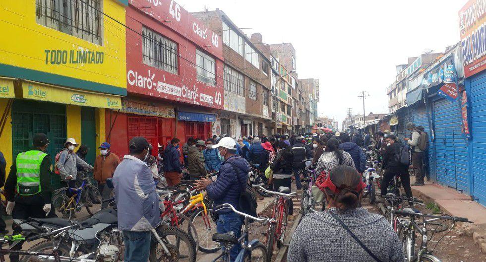 Puno: Cientos de comerciantes invaden todos los días calles de Juliaca y venden sus productos sin protocolos.