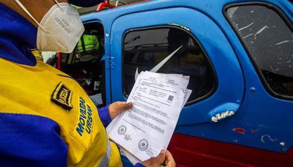 En el contexto de la emergencia sanitaria por el COVID-19, a diario, los inspectores de tránsito también toman la temperatura a los choferes de mototaxis. (MML)