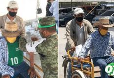 Hijo lleva a su padre en su triciclo para recibir la vacuna contra el COVID-19
