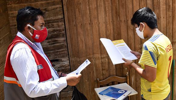 Voluntarios atienden a estudiantes para promover la continuidad de asistencia a clases de forma remota debido a la pandemia por el COVID-19. (Foto: DRELM)