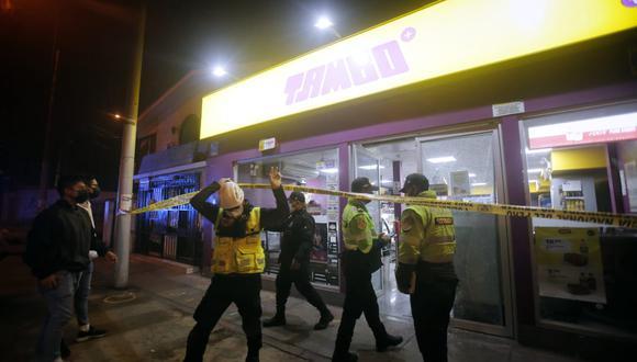 Delincuentes robaron anoche la tienda Tambo ubicada en la cuadra 39 de la avenida Colonial, en el Callao. (Foto: César Grados)