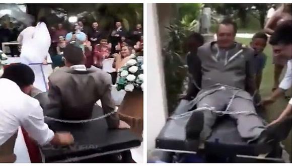YouTube: novio encadenado es llevado al altar por su pareja en insólita boda (VIDEO)