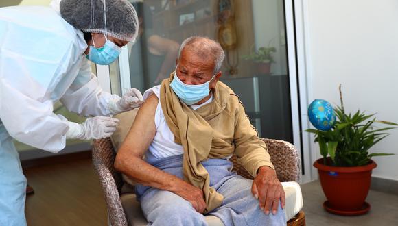 Las vacunas Pfizer se aplican a los adultos mayores Foto: Archivo GEC