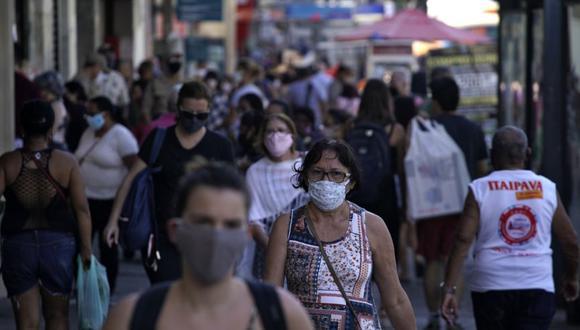 La gente camina en los alrededores de la plaza Saenz Pena en el barrio de Tijuca en Río de Janeiro, Brasil, el 8 de julio de 2020. (AFP / MAURO PIMENTEL).