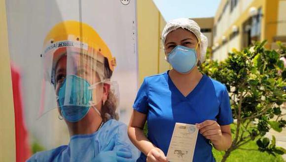 Una considerable disminución de contagios por COVID-19 se evidencia tras haber inmunizado al 80% del personal de salud. (Foto: Hospital Cayetano Heredia)