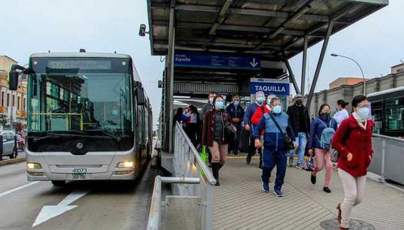 La ATU recuerda a los usuarios que el uso de la mascarilla y protector facial es obligatorio en el transporte público. Foto: ATU