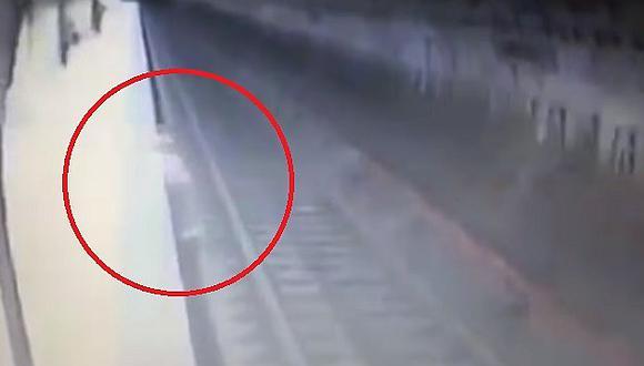 Mujer es empujada a las vías del metro y ¡encuentra terrible muerte!