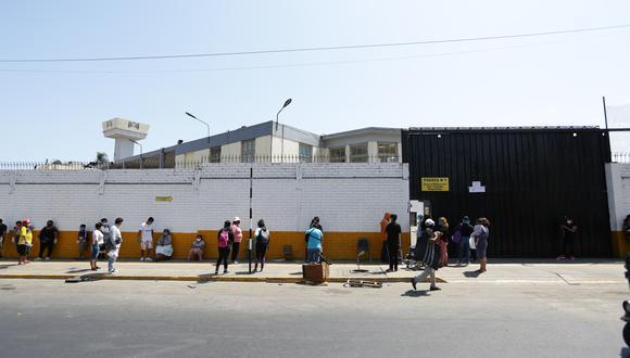 Imagen de las afueras del área de Emergencias del Hospital Dos de Mayo, donde cientos de personas acuden a atenderse por COVID-19. (Foto: GEC)