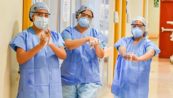 """""""Esta práctica (de higienizar sus manos) nos ha ayudado a reducir la frecuencia de casos de neumonía, creemos que se debería hacer lo mismo en otros centros hospitalarios"""", dijo médico intensivista Franklin Mendoza Torres. (Foto: INSN San Borja)"""