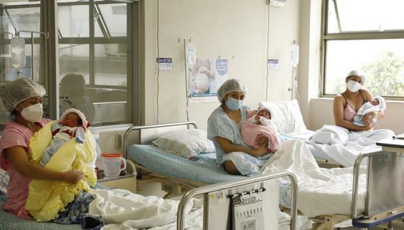 Los investigadores detectaron que era muy común el traspaso de anticuerpos de una madre infectada, a su hijo a través de la placenta. (Foto referencial)